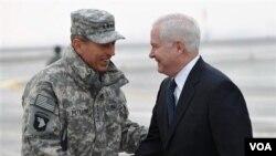 Komandan Pasukan AS dan NATO di Afghanistan Jenderal David Petraeus (kiri) menyambut kedatangan Menteri Pertahanan Robert Gates di Kabul, Senin (7/3).