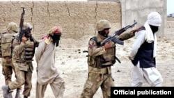 جنوبی وزیرستان میں آپریشن راہ نجات میں فوجی مشتبہ شدت پسندوں کو گرفتار کر کے لے جارہے ہیں