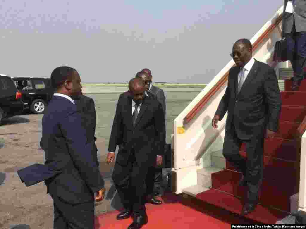 Le président ivoirien Alassane Ouattara descend de l'avion à son retour d'Accra, accueilli au bas de l'échelle par Guillaume Soro, président de l'Assemblée nationale, à Abidjan, Côte d'Ivoire, 7 janvier 2017. Crédit : Présidence de la Côte d'Ivoire/Twitte