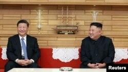 北韓領導人金正恩在平壤會晤到訪的中國國家主席習近平。(北韓官媒北韓中央社2019年6月21日發表)