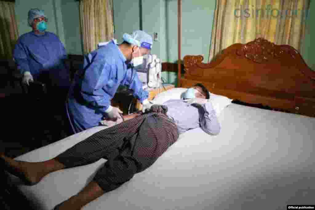 AA ရခိုင္လက္နက္ကိုင္အဖဲြ႔ ျပန္လႊတ္ေပးခဲ့တဲ့ လႊတ္ေတာ္ကိုယ္စားလွယ္တဦးကို က်န္းမာေရးစစ္ေဆးေပးေနတဲ့ ျမင္ကြင္း။ (ဓာတ္ပုံ -တပ္မေတာ္သတင္းမွန္ ျပန္ၾကားေရးအဖြဲ႕- ဇန္နဝါရီ ၀၁၊ ၂၀၂၁)