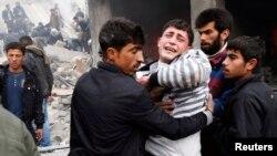 Một người đàn ông khóc thương cái chết của người thân bị giết bởi tên lửa bắn từ 1 máy bay phản lực của lực lượng không quân Syria, phía bắc Aleppo, 13/1/2013