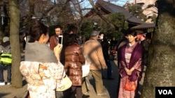 新年元旦在东京靖国神社留影的游人。(美国之音小玉拍摄)