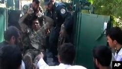 3일 아프가니스탄 파라주 법원 테러로 부상당한 아프간 군인이 병원으로 후송되고 있다.
