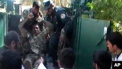 Povredjenog vojnika Avganistanske nacionalne armije izvlače iz vojnog vozila ispred lokalne bolnice posle napada kod sudnice u provinciji Farah.