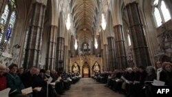 Warga menghadiri misa di gereja Westminster Abbey di pusat kota London (Foto: dok). Gereja-gereja di Inggris dan Wales akan tetap dilarang melaksanakan pernikahan sesama jenis berdasarkan proposal baru yang sedang dipertimbangkan pemerintah Inggris.