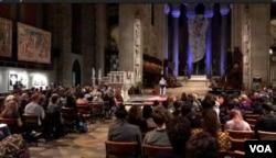 美国笔会和人道中国在纽约圣约翰大教堂举行六四30周年纪念会 (美国之音方冰拍摄)