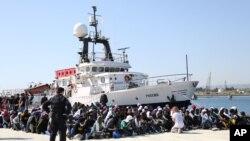 聯合國難民署說僅今年便有3萬多人通過意大利進入歐洲﹐圖為難民船。