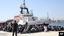 Para migran Afrika dan Timur Tengah menunggu di pantai Sicilia, Italia (foto: dok).