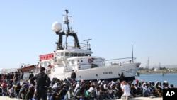 被送上意大利的船民