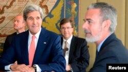 13일 브라질을 방문한 존 케리 미국 국무장관(왼쪽)이 안토니오 파트리오타 브라질 외교장관과 회담하고 있다.