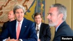 Menteri Luar Negeri AS John Kerry (kiri) dan Menteri Luar Negeri Brazil Antonio Patriota dalam pertemuan di Brasilia (13/8). (Reuters/Evaristo Sa)