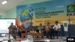 "Menteri Perdagangan Agus Suparmanto (ketiga dari kanan) saat menghadiri diskusi ""Kesiapan Perdagangan Indonesia Menghadapi Wabah Virus Corona"" di Jakarta, Jumat (6/3). (Foto: VOA/Sasmito)"