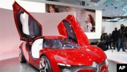 The Renault Dezir electric sports car is displayed during the press day of the Paris Auto Show, 30 Sep 2010 (file photo)