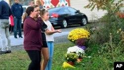 Porodica i prijatelji polažu cvijeće za žrtve nesreće u saveznoj državi Njujork