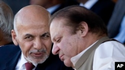 FILE - Afghan President Ashraf Ghani (l) talks with Pakistani Prime Minister Nawaz Sharif in Islamabad, Pakistan, Nov. 15, 2014.
