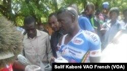 Le cycliste malien Tidiane Sanogo se fait soigné après une chute