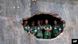 孟加拉国士兵观看为倒塌时事故1127名死者亡灵祈祷的仪式