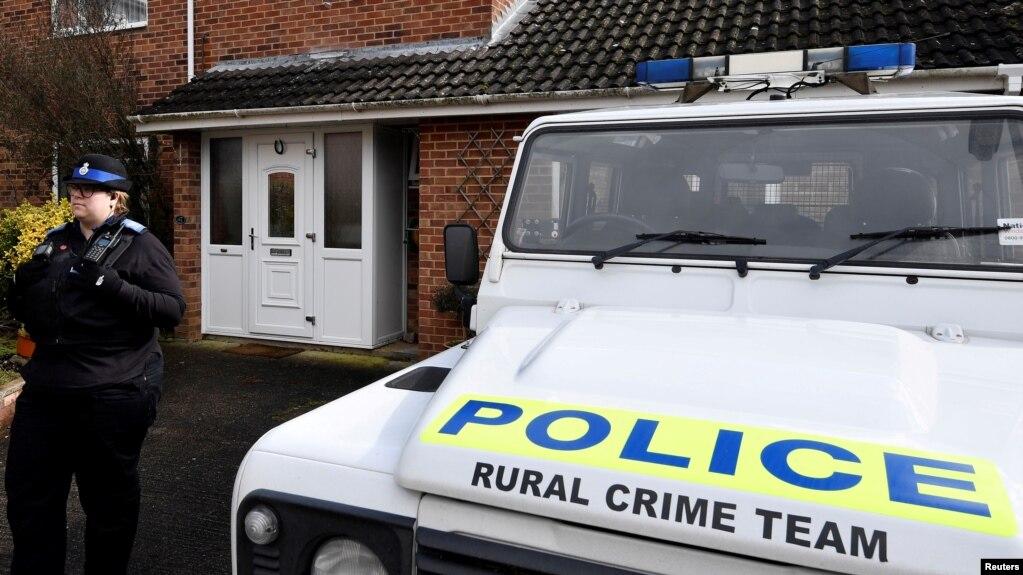 Tư liệu - Một viên cảnh sátđứng gác bên ngoài nhà của cựu điệp viên hai manag Sergei Skripal, ở Salisbury, Anh, ngày 6 tháng 3, 2018.