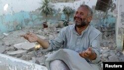 Một người đàn ông than khóc vì các ngôi nhà bị sụp đổ do chiến đấu cơ Syria oanh tạc ở Azaz, 15/8/2012