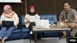 Ketua Manajemen Pengetahuan YLBHI Siti Rakhma Mary (tengah) dan Koordinator Jatam Merah Johansyah (kanan) saat berdiskusi di kantor YLBHI, Jakarta, Kamis (8/8/2019). (Foto: VOA/Sasmito)