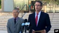 L'agent du FBI, Paul Delacourt, et le procureur fédéral Elliot Enoki, à gauche, annoncent l'arrestation d'Ikaika Kang devant le tribunal fédéral à Honolulu, le 10 juillet 2017. (AP / Caleb Jones)