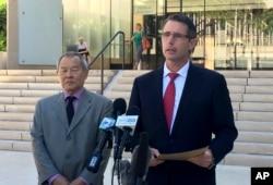 연방수사국(FBI) 하와이 지부 폴 델라코트(오른쪽) 특별수사관이 10일 호놀룰루 연방법원 앞에서 ISIL 지원혐의 현역 군인 체포 관련 기자회견을 열고 있다.
