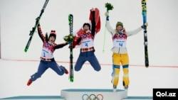 Marielle Thompson dari Kanada, rekan senegaranya Kelsey Serwa dan atlet Swedia Anna Holmlund melompat girang di podium, setelah menerima medali freestyle skicross putri dalam Olimpiade Sochi (21/2). Dua atlet dinyatakan positif mengguakan obat terlarang dalam Olimpiade Musim Dingin 2014 ini.