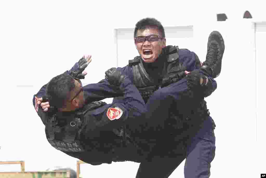اعضای گارد ساحلی تایوان در مانور ضد تروریسم دریایی در تایوان