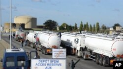 油罐车在法国炼油厂装油