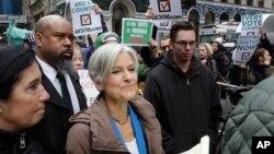 Jill Stein, candidata del Partido Verde, llega para una conferencia de prensa frente a la Torre Trump en Nueva York.