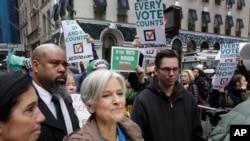 Jill Stein (kati kati), mgombea kiti cha rais wa chama cha Kijani