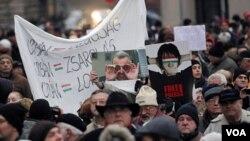 Puluhan ribu warga Hongaria melakukan protes di depan gedung parlemen di Budapest.