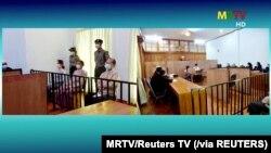ေဒၚ ေအာင္ဆန္းစုၾကည္၊ ဦး၀င္းျမင့္နွင့္ ေဒါက္တာမ်ိဴးေအာင္တို ့အား ေနျပည္ေတာ္တြင္ ေမလ က ပထမအၾကိမ္ ရံုးထုတ္စဥ္ (ဓာတ္ပံု- MRTV/REUTERS )