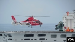 """空勤总队直升机在演习中降落在新成军的""""CG128宜兰舰""""上(美国之音赵婉成拍摄)"""