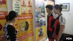 Vicky và Vanessa Wiesenmaier đến thăm Trung tâm Giáo dục Thiên nhiên ở Hà Nội trong chuyến đi của họ nhằm truyền đi thông điệp chấm dứt mua bán và tiêu thụ sừng tê giác.