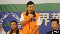 世界華人保釣聯盟會長黃錫麟(中)