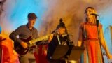 "Džez gitarista Rale Mićić, kontrabasista Petar Stanov i Alma Mićić u klubu ""Đango"" u Njujorku. Sa njima je nastupao i pijanista Dejvis Vitfild."