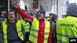 Policajci protrestuju protiv učešća njihovog penzionog fonda u olakšanju duga Grčke