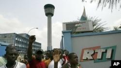 阿比让电视台外的抗议群众