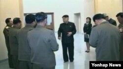 북한 조선중앙TV가 7일 실각한 것으로 알려진 장성택 국방위원회 부위원장의 모습을 삭제한 기록영화를 내보냈다.