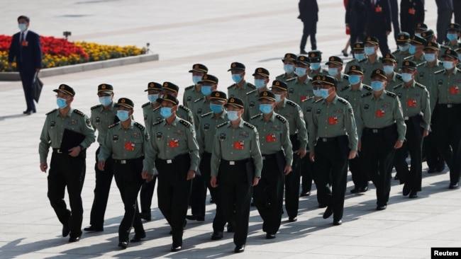 中国军队代表抵达北京人大会堂参加全国人大年度会议开幕式。(2020年5月22日)