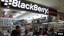 Penjual BlackBerry di sebuah pusat perbelanjaan di Jakarta sedang menunggu pembeli (foto: dok), Menkominfo memperkirakan terdapat tiga juta pengguna BlackBerry di Indonesia.