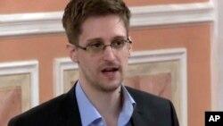 အေမရိကန္ေထာက္လွမ္းေရး ကန္ထ႐ိုက္၀န္ထမ္းေဟာင္း Edward Snowden။ (ေအာက္တိုဘာ ၁၁၊ ၂၀၁၃)