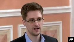 前美国中央情报局雇员爱德华·斯诺登在莫斯科接受采访(2013年10月11日)。