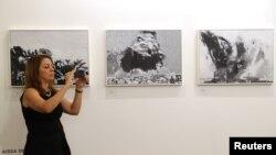 Seorang pengunjung mengambil foto karya-karya seni yang dipamerkan di Art Dubai, di Dubai, Uni Emirat Arab, 21 Maret 2018.