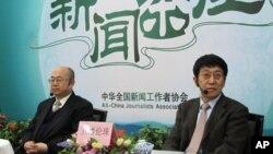 廉湘民(左)和旦增伦珠在新闻茶座上
