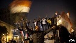 Massa di Lapangan Tahrir, Kairo bersorak-sorai setelah mendengar berita mundurnya Mubarak (11/2).