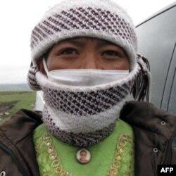 这位藏民佩戴着达赖喇嘛挂坠