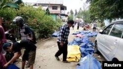 Corpos alinhados em sacos de plástico nanuma rua de Palu